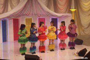 2012年4月7日、名古屋城にて路上デビューを果たし、今年6月19日に「首都移転計画」で日本先行メジャーデビューを飾った名古屋在住6人組アイドル、チームしゃちほこ。