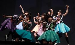 エビ中、3rd full Album『穴空』オリコン初登場2位! 発売記念イベントでちくわ(!?)パフォーマンス披露!